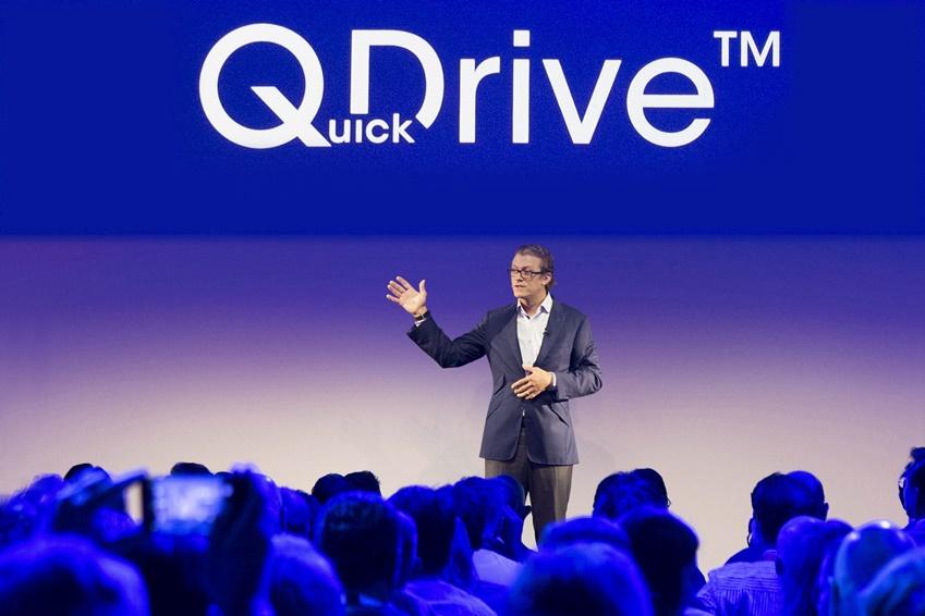 """다니엘 하비는 """"가전제품은 지난 수천 년 동안 많은 사람들의 생활 방식을 편리하게 바꿔왔다""""면서 삼성전자의 퀵 드라이브(Quick Drive)와 큐레이터(Q-rator) 기술을 소개했다."""