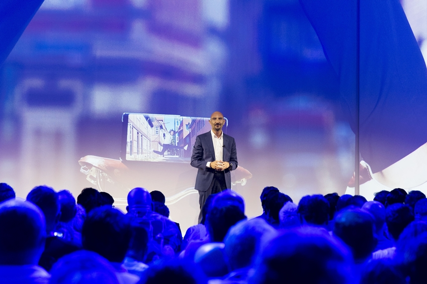"""까를로 까로요 부사장은 갤럭시 노트9을 """"최고의 속도와 성능을 구현할 수 있도록 디자인돼 사용자들이 하고자 하는 모든 작업을 할 수 있는 모바일 기기""""라고 정의했다."""