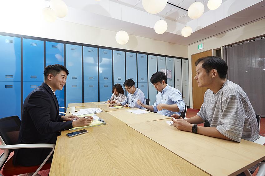김동규 교육연구사의 조언을 듣고 있는 베어베터 관계자들