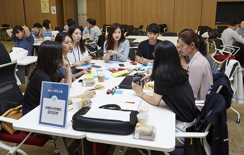 이번 워크숍은 16개 최종 지원 대상 기관 관계자와 삼성전자 임직원 멘토가 팀을 이뤄 삼성스마트스쿨에서의 교수법을 논의하는 자리였다. 사진은 비영리사단법인 피치마켓 테이블에서 이뤄진 회의 장면