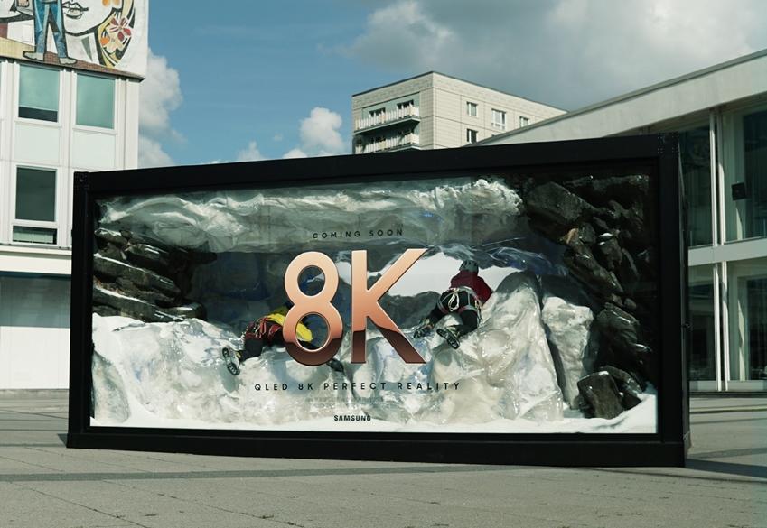 삼성전자가 독일 베를린 내의 주요 지하철역인 '바인마이스터역(Weinmeister Strasse)'과 컨퍼런스센터 'BCC(Berlin Congress Center GmbH)'에 설치한 'QLED 8K' 옥외광고