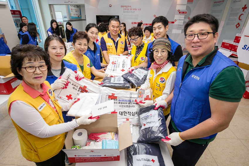 6일 서울 양천구 대한적십자사 긴급구호종합센터에서 삼성전자 임직원들과 적십자 봉사자들이 함께 긴급구호품을 포장하고 있다.