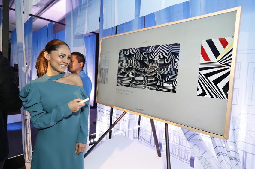 4일(현지시간) 멕시코 시티의 '에스파시오 비레이에스(ESPACIO VIRREYES)' 이벤트홀에서 열린 삼성전자 프리미엄 TV와 가전 공개 행사에서 모델이 삼성전자 '더 프레임' TV를 소개하고 있다.