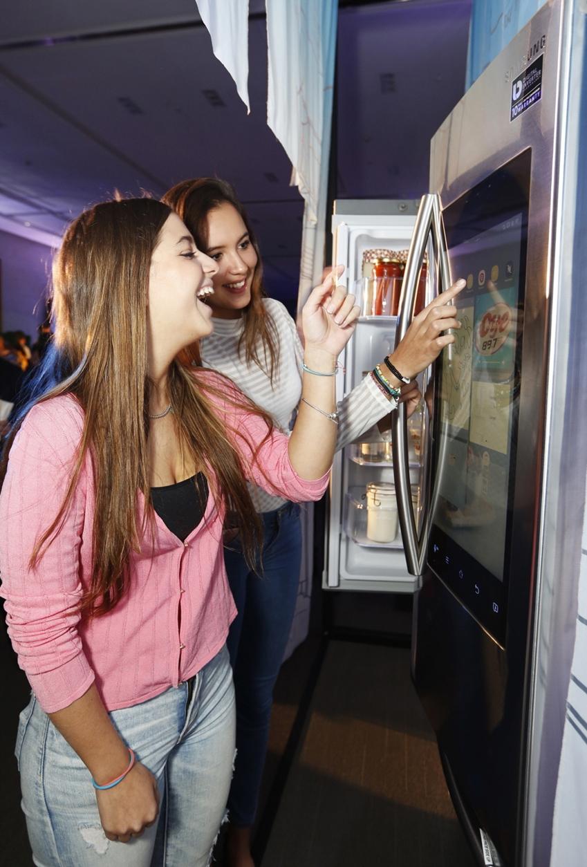 4일(현지시간) 멕시코 시티의 '에스파시오 비레이에스(ESPACIO VIRREYES)' 이벤트홀에서 열린 삼성전자 프리미엄 TV와 가전 공개 행사에서 참석자들이 삼성전자 '패밀리허브' 냉장고를 체험하고 있다.