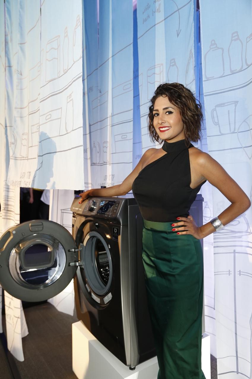 4일(현지시간) 멕시코 시티의 '에스파시오 비레이에스(ESPACIO VIRREYES)' 이벤트홀에서 열린 삼성전자 프리미엄 TV와 가전 공개 행사에서 모델이 삼성전자 '퀵드라이브' 세탁기를 소개하고 있다.