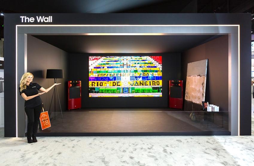 삼성전자가 지난 6~8일 미국 샌디에이고에서 열린 영상기기 전시회 'CEDIA 2018'에 참가해 홈 시네마 시장을 겨냥한 초대형 LED 디스플레이 라인업을 공개했다. 삼성전자 모델이 마이크로 LED 기술의 '더 월(The Wall)'을 소개하고 있다.