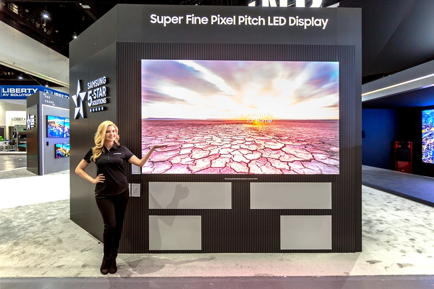 삼성전자가 지난 6~8일 미국 샌디에이고에서 열린 영상기기 전시회 'CEDIA 2018'에 참가해 홈 시네마 시장을 겨냥한 초대형 LED 디스플레이 라인업을 공개했다. 삼성전자 모델이 픽셀간 거리 1.2㎜ 수준의 '미세 피치'LED 기술이 적용된 'IF P1.2' 시리즈를 소개하고 있다.