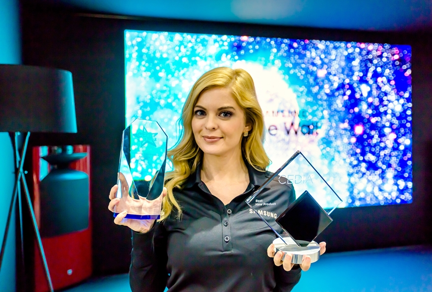 삼성전자의'더 월'은 'CEDIA 2018'에서 'AV/홈 씨어터(Home Theater)' 부문 '2018 최고의 제품'에 선정됐고, AV 전문 매체인 CE Pro로부터도 '최고의 유망 디스플레이 제품'으로 선정됐다. 삼성전자 모델이 각각의 트로피를 선보이고 있다.