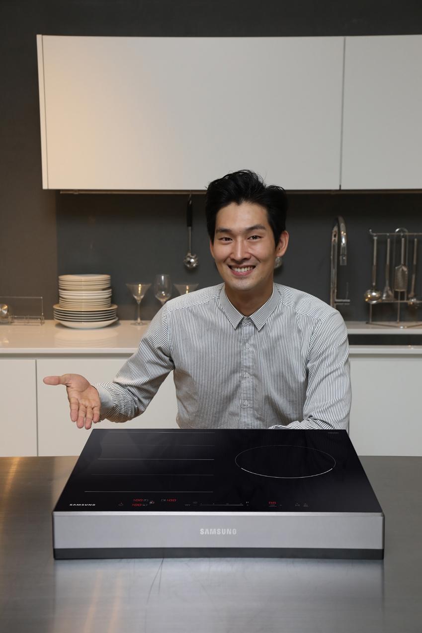삼성전자 모델이 화력을 강화하고 전기 공사 없이 플러그만 꽂아 간편히 사용할 수 있는 신제품 '전기레인지 인덕션'(NZ63N7757CK)을 소개하고 있다.