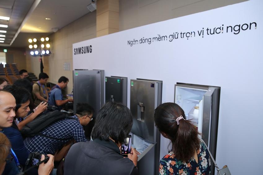 삼성전자가 13일(현지시간) 베트남 호치민에 위치한 가전복합단지에서 상냉장·하냉동 냉장고 신제품을 출시하고 빠르게 성장하는 동남아 프리미엄 냉장고 시장을 공략한다. 이날 행사에는 동남아의 주요 거래선, 미디어 등 100여명이 참석해 신제품에 관심을 나타냈다.