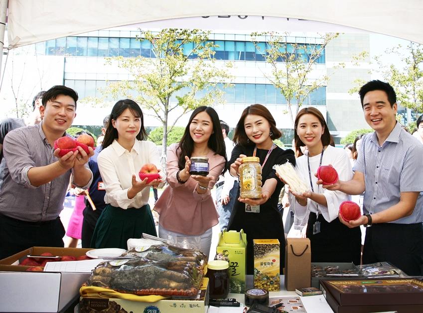 11일 삼성전자 수원캠퍼스에서 열린 추석맞이 직거래 장터에서 임직원들이 삼성전자 자매마을 '황둔송계마을'에서 생산된 제품들을 선보이고 있다.