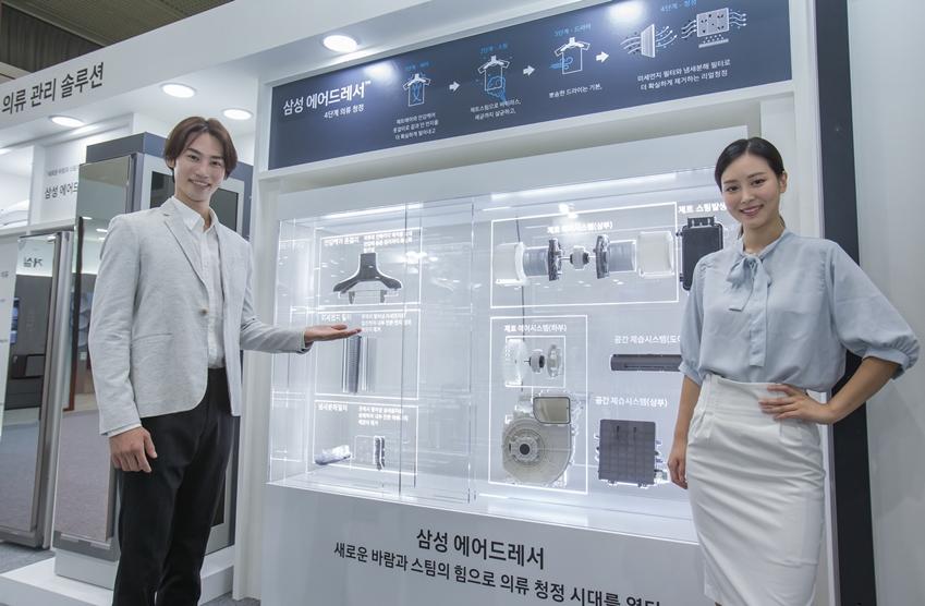 삼성전자가 18일부터 20일까지 서울 코엑스(COEX)에서 열리는 '에어페어 2018 - 미세먼지 및 공기산업 박람회'(이하 '에어페어 2018')에 참가해 미세먼지 예방부터 실내 환경 개선까지 도와주는 '토탈 청정 솔루션'을 선보였다. 삼성전자 모델들이 삼성 '에어드레서' 기능을 설명하고 있다.
