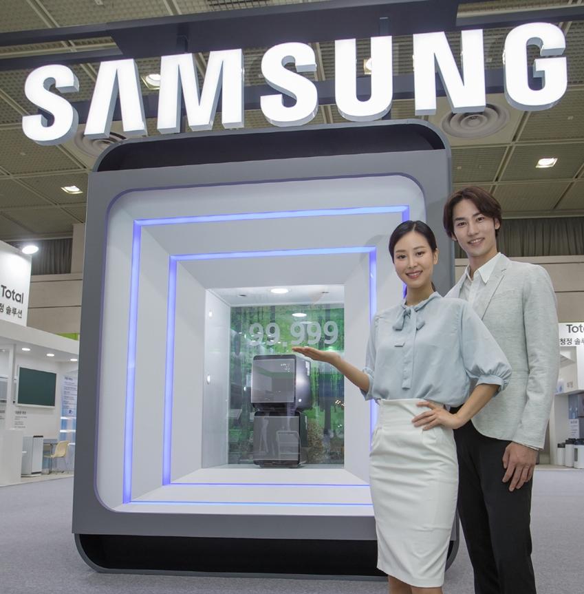 삼성전자가 18일부터 20일까지 서울 코엑스(COEX)에서 열리는 '에어페어 2018 - 미세먼지 및 공기산업 박람회'(이하 '에어페어 2018')에 참가해 미세먼지 예방부터 실내 환경 개선까지 도와주는 '토탈 청정 솔루션'을 선보였다. 삼성전자 모델들이 '삼성 큐브'를 소개하고 있다.