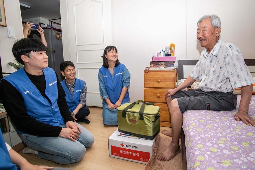 18일 삼성전자 평택 캠퍼스 임직원들이 추석을 앞두고 지역 어르신을 찾아가 반찬과 부식품 세트를 전달하고 있다.