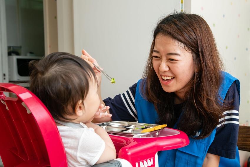 16일 삼성전자 따봉봉사팀이 용인 '모성의 집'을 찾아 아기를 돌보고 있다.
