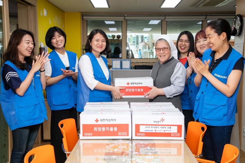 16일 삼성전자 따봉봉사팀이 용인 '모성의 집'을 찾아 추석 희망나눔 물품을 전달하고 있다.