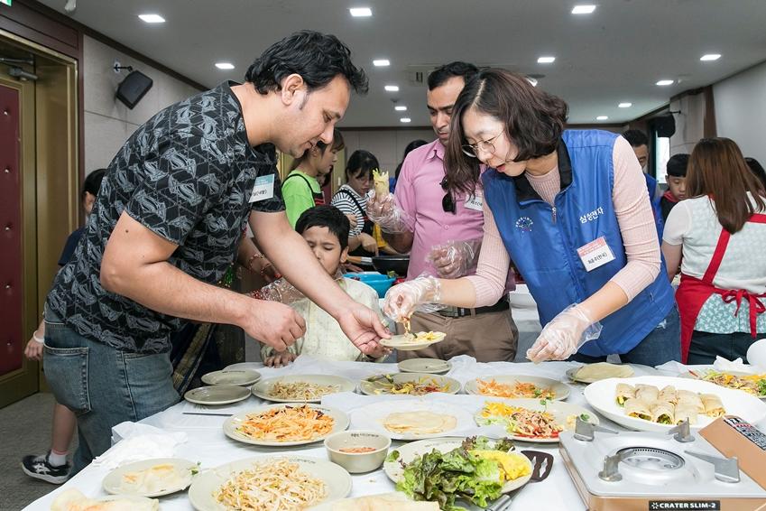 15일 삼성전자 가족봉사단이 수원 외국인 복지센터에서 외국인 근로자들과 함께 중국 전통음식인 춘빙을 만들고 있다.
