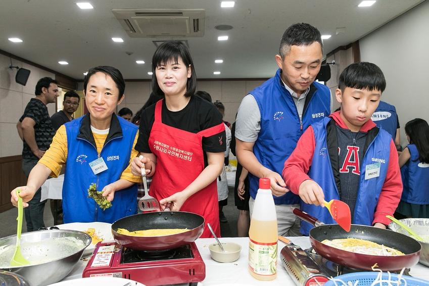 15일 삼성전자 가족봉사단이 수원 외국인 복지센터에서 외국인 근로자들과 함께 베트남 전통음식인 반세오를 만들고 있다.