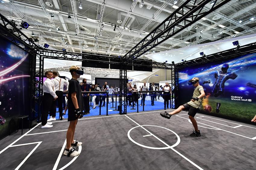 ▲ 기어 VR을 이용해 공이 없어도 실제 축구를 하는 듯 역동적인 게임을 즐기고 있는 관람객들.