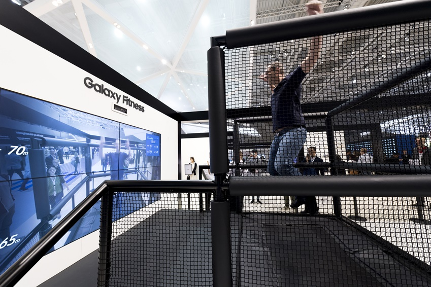 갤럭시 피트니트 존에서 갤럭시 워치의 운동 기능을 체험해 보고 있는 관람객.