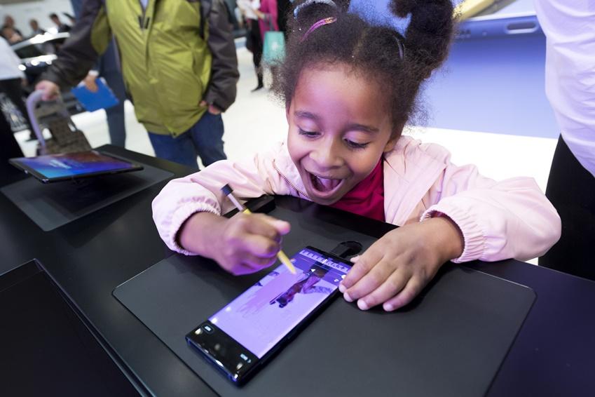 엄마와 함께 방문한 어린이가 직접 촬영한 동영상을 갤럭시 노트9 S펜으로 꾸며보고 있다. 체험하는 어린이의 얼굴에 웃음이 가득하다.