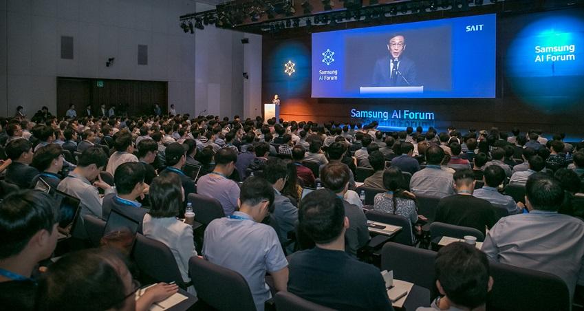 ▲ 12일 '삼성 AI 포럼 2018' 행사에서 참석자들이 삼성전자 대표이사 겸 종합기술원장인 김기남 사장의 개회사를 듣고 있다.