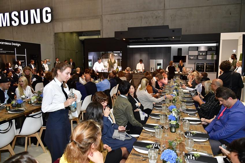 쿠킹쇼에 참가한 관람객들이 셰프가 요리한 음식을 맛보고 있다