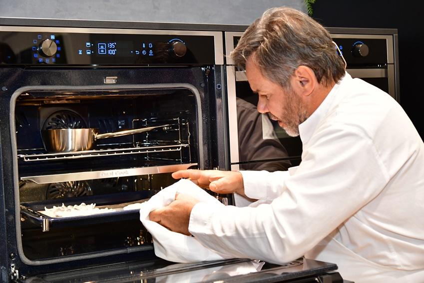 듀얼 쿡 플렉스 오븐을 사용하고 있는 미셸 쉐프