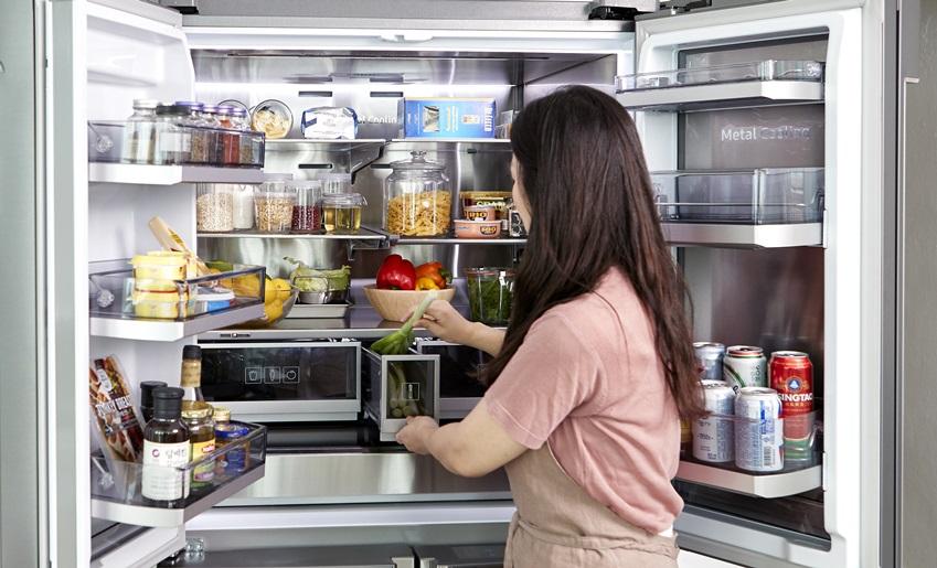 냉장고 속 채소를 보관중인 주부