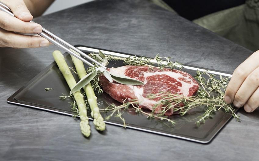 허브를 활용해 고기를 보관하는 모습