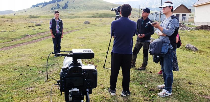 촬영 중인 카자흐스탄 소년 옐다르