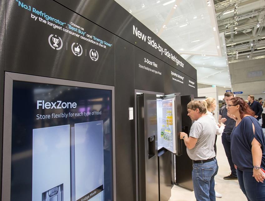유럽 최대 가전 박람회 IFA 2018에서 삼성전자 양문형 냉장고가 전시돼 많은 관람객으로부터 관심을 이끌었다.