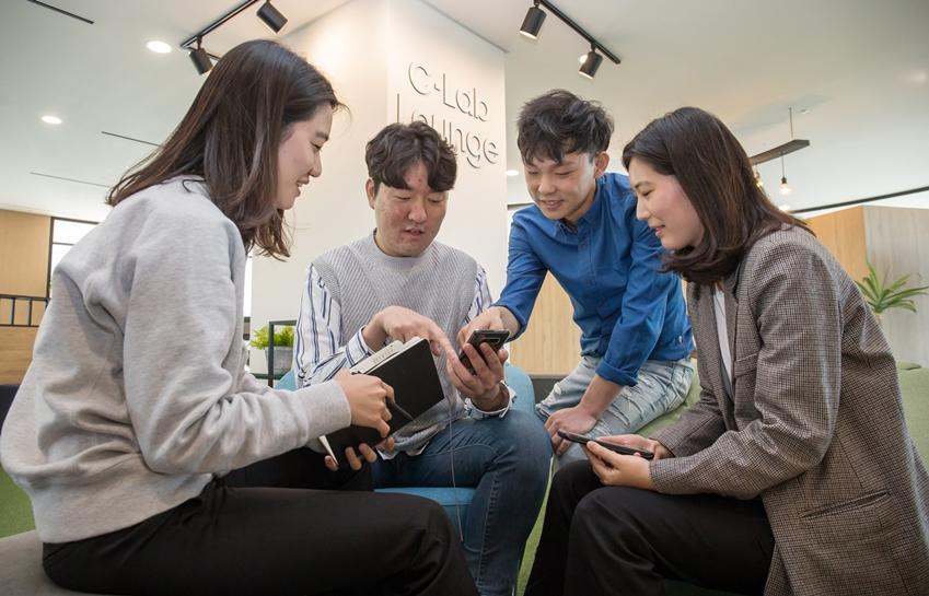 삼성전자-서울대 공동연구소에 위치한 C랩 라운지에서 C랩 과제원들이 아이디어를 교류하고 있는 모습입니다