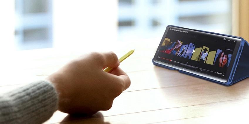 S펜의 블루투스 기능을 활용해 화면을 제어하는 모습