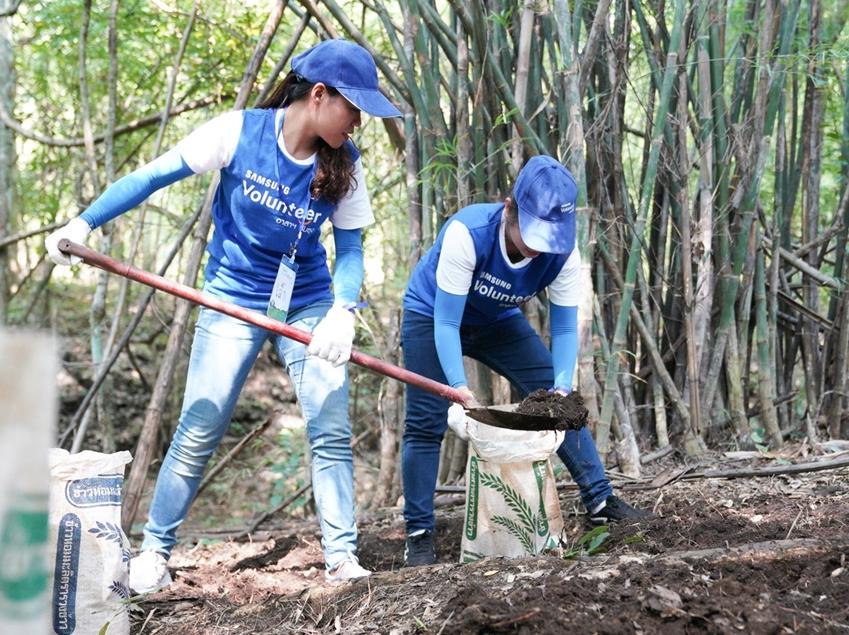 10월 4일부터 5일까지 삼성전자 태국법인 임직원들이 태국 칸차나부리 지역에 위치한 살락프라 야생동물 보호구역을 찾아 자연 생태계 재건을 위한 자원봉사 활동을 하고 있다.