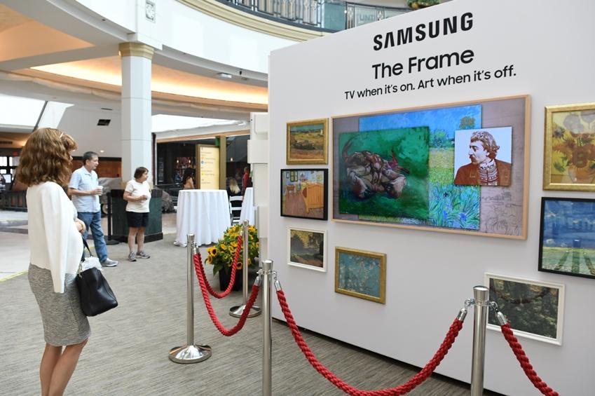삼성전자가 네덜란드 '반 고흐 미술관(Van Gogh Museum)'과 파트너십을 맺고 내년 1월 31일까지 미국 대형 쇼핑몰에서 '더 프레임(The Frame)' TV를 활용한 팝업 전시회 투어를 진행한다. 미국 필라델피아에 위치한 쇼핑몰 '킹 오브 프러시아(King of Prussia Mall)'에서 관람객들이 삼성전자의 라이프스타일 TV '더 프레임'을 통해 반 고흐의 생애와 작품을 감상하고 있다.