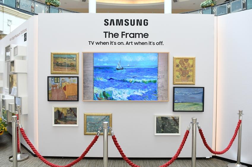 삼성전자가 네덜란드 '반 고흐 미술관(Van Gogh Museum)'과 파트너십을 맺고 내년 1월 31일까지 미국 대형 쇼핑몰에서 '더 프레임(The Frame)' TV를 활용한 팝업 전시회 투어를 진행한다. 미국 필라델피아에 위치한 쇼핑몰 '킹 오브 프러시아(King of Prussia Mall)'에서 삼성전자의 라이프스타일 TV '더 프레임'을 통해 반 고흐의 작품이 전시된 모습.