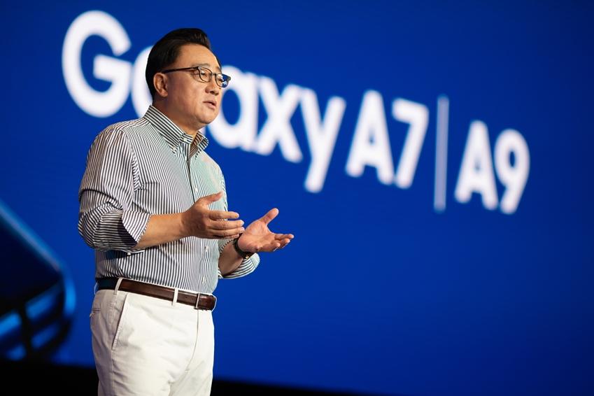 삼성전자 IM부문장 고동진 사장이 11일(현지시간) 말레이시아에서 진행된 'A 갤럭시 이벤트'에서 '갤럭시 A9'을 소개하고 있는 모습