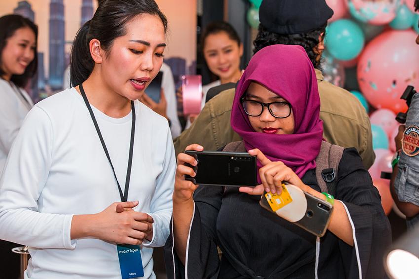 11일(현지시간) 말레이시아 쿠알라룸푸르에서 진행된 'A 갤럭시 이벤트' 참석자들이 세계 최초로 쿼드 카메라를 탑재한 '갤럭시 A9'을 체험하고 있는 모습