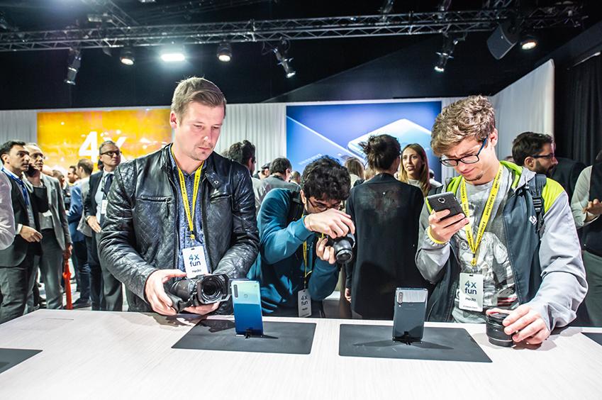 11일(현지시간) 이탈리아 밀라노에서 진행된 'A 갤럭시 이벤트' 참석자들이 세계 최초로 쿼드 카메라를 탑재한 '갤럭시 A9'을 체험하고 있는 모습