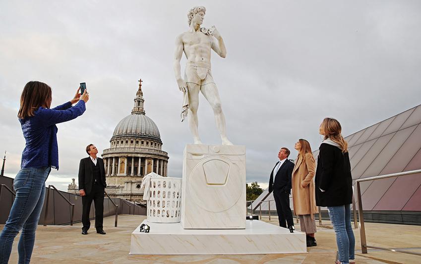 삼성전자가 지난 3일부터 8일까지 영국 런던에서 '퀵드라이브' 세탁기와 예술 작품을 활용한 이색 캠페인을 진행했다. 러셀 스퀘어(Russell Square) 공원에 로댕의 '생각하는 사람', 복합 쇼핑몰 원 뉴 체인지(One New Change)에 미켈란젤로의 '다비드', 피카딜리 서커스(Piccadilly Circus)에 옥외광고를 설치하며 런던 시민들의 큰 호응을 얻었다. 복합 쇼핑몰 원 뉴 체인지(One New Change)의 미켈란젤로의 '다비드' 캠페인 사진.