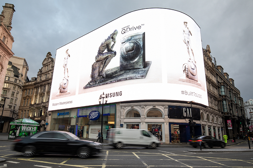 삼성전자가 지난 3일부터 8일까지 영국 런던에서 '퀵드라이브' 세탁기와 예술 작품을 활용한 이색 캠페인을 진행했다. 러셀 스퀘어(Russell Square) 공원에 로댕의 '생각하는 사람', 복합 쇼핑몰 원 뉴 체인지(One New Change)에 미켈란젤로의 '다비드', 피카딜리 서커스(Piccadilly Circus)에 옥외광고를 설치하며 런던 시민들의 큰 호응을 얻었다. 피카딜리 서커스(Piccadilly Circus)의 옥외광고 캠페인 사진.