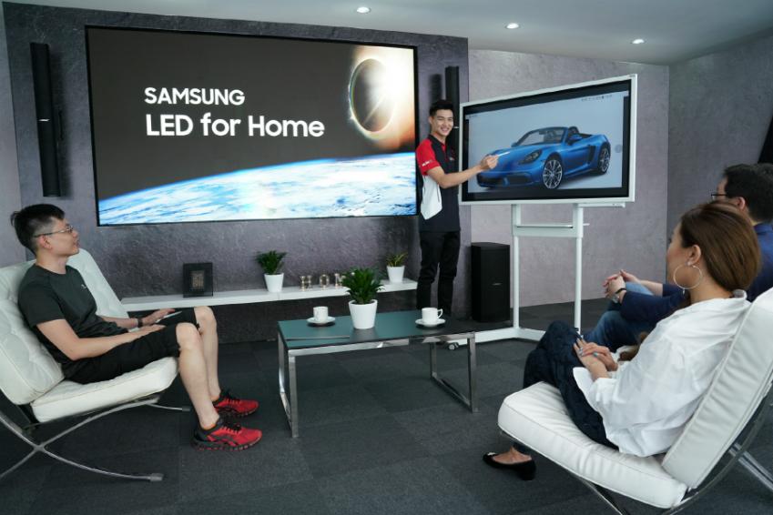 삼성전자가 17일까지 말레이시아 세팡 국제 자동차 경기장(Sepang International Circuit)에서 개최되는 '포르쉐 익스피리언스' 행사에 홈 시네마 시장을 겨냥한 109형 초대형 LED 사이니지 'LED 포 홈(LED for Home)' IF P1.2 시리즈를 전시하고 프리미엄 고객 대상으로 차별화된 홈 시네마 경험을 제공한다. 이번 행사의 하이라이트 공간에 설치된 'LED 포 홈'과 디지털 플립차트 '삼성 플립(Samsung Flip)'을 통해 시승 참가자들이 사전 주행 브리핑 교육을 듣고 있다.