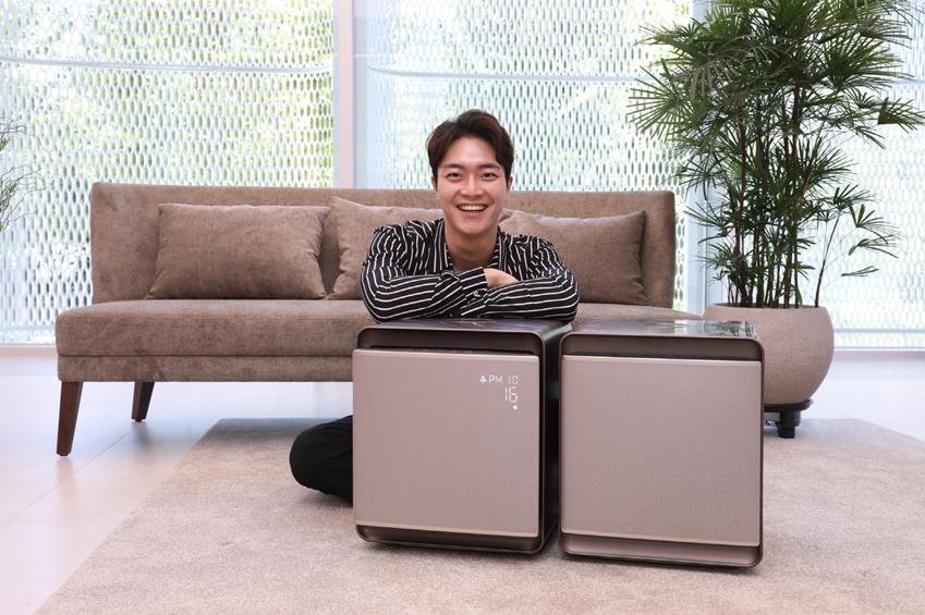 삼성전자가 메탈 실버·화이트 색상의 '삼성 큐브' 라인업에 신규 색상인 메탈 브라운(Metal Brown)을 추가하며 국내 프리미엄 공기청정기 시장을 이끈다. 메탈 브라운 색상 '삼성 큐브'는 15일부터 청정 면적 47·94 제곱미터 2개 모델로 출시되며, 출고가 기준 가격은 각각 100만원과 200만원이다.