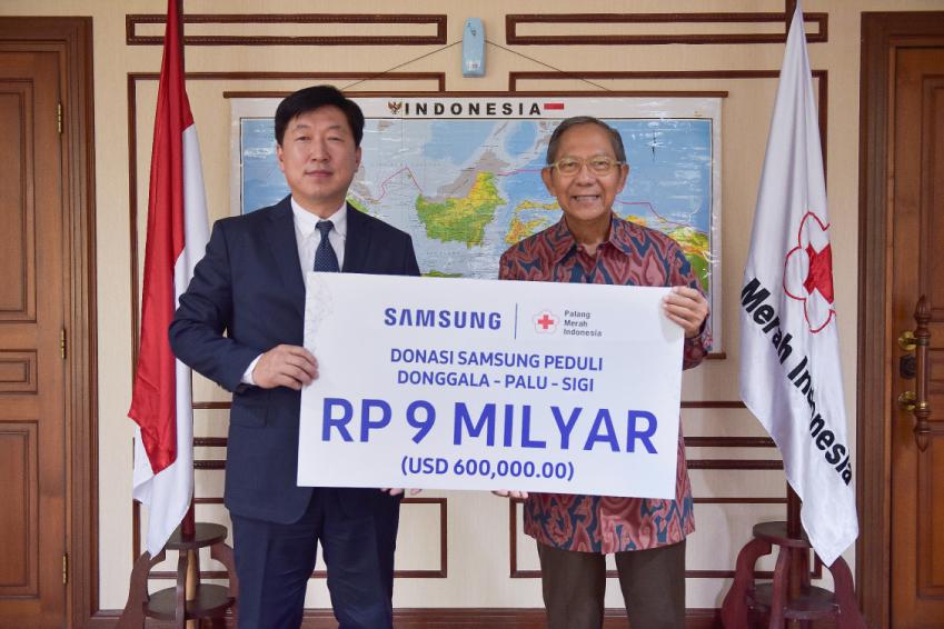 인도네시아 지진 피해 복구를 위해 15일(현지시간) 삼성전자 인도네시아 법인장 권재훈 상무가 인도네시아 적십자사 기난자르(Ginandjar) 부총재에게 성금을 전달하고 있다.