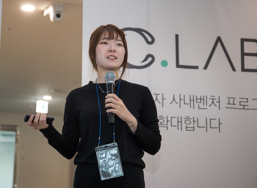 17일 삼성전자-서울대 공동연구소에서 두브레인 최예진 대표가 발표하고 있다.
