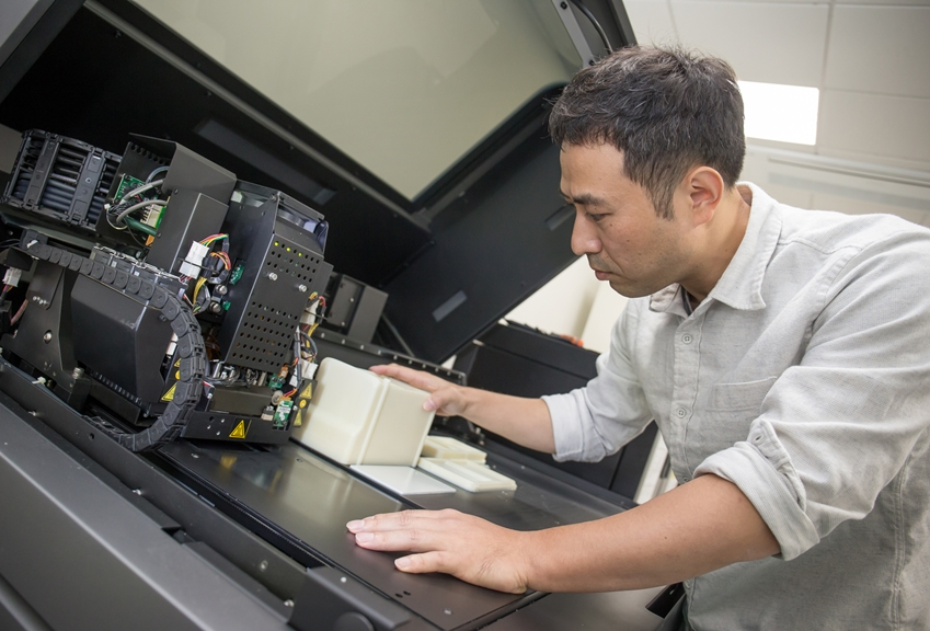 삼성전자-서울대 공동연구소에 위치한 C랩 팩토리에서 C랩 과제원들이 3D 프린터를 활용해 테스트 제품을 만들고 있다.