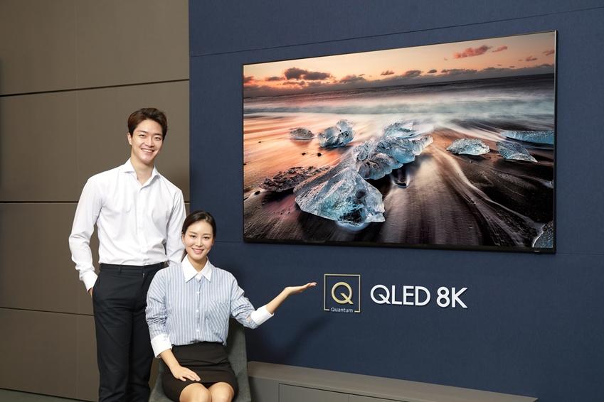 삼성디지털프라자 학여울점에서 모델들이 퀀텀닷 기술에 8K 해상도를 적용해 압도적인 화질을 구현하는 'QLED 8K'(82인치 Q900R 제품)를 소개하고 있다.