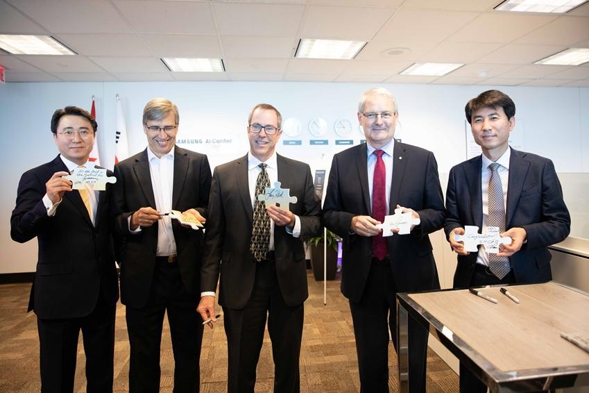 18일(현지시간) 캐나다 몬트리올에서 열린 삼성전자 몬트리올 AI 연구센터 개소식에서 참석자들이 기념 촬영을 하고 있다. (왼쪽부터 삼성리서치아메리카 연구소장 이준현 전무, 몬트리올 AI 연구센터장 그레고리 듀덱 교수, 실리콘밸리 AI 연구센터장 래리 헥 전무, 캐나다 교통부 장관 마르크 가노, 삼성 리서치 조승환 부사장)