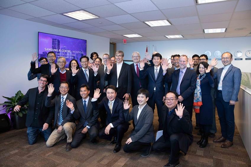 18일(현지시간) 캐나다 몬트리올에서 열린 삼성전자 몬트리올 AI 연구센터 개소식에서 참석자들이 기념 촬영을 하고 있다.